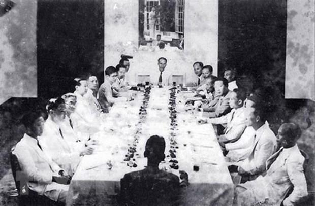 Ngày 3/9/1945, Chính phủ lâm thời họp phiên đầu tiên, đặt ra những vấn đề cấp bách, trong đó quyết tâm chiến đấu với giặc đói, giặc dốt, nhanh chóng tiến hành cuộc Tổng tuyển cử với chế độ phổ thông đầu phiếu để từ đó soạn thảo một bản Hiến pháp cho nước Việt Nam Dân chủ Cộng hòa mới ra đời. (Ảnh: TTXVN)