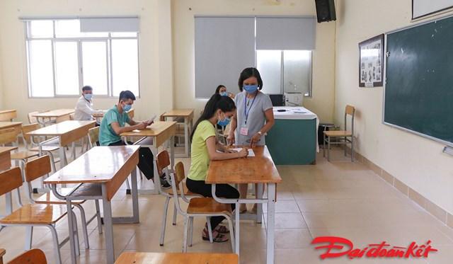 Các thí sinh làm thủ tục dự thi tốt nghiệp THPT đợt 2 tại điểm thi trường THPT Việt Đức (Hà Nội). Ảnh: Phạm Quang Vinh.
