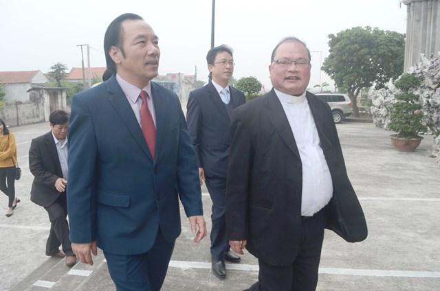 Linh mục Trần Đức Hoàn (bên phải) trong một lần đón Phó Chủ tịch UBTƯ MTTQ Việt Nam Ngô Sách Thực về thăm giáo xứ.Ảnh: Duy Hưng.