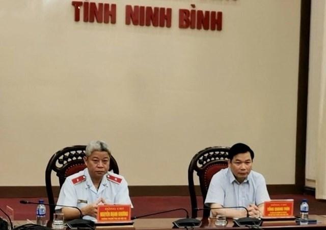 Chánh Thanh tra Bộ Nội vụ Nguyễn Mạnh Khương (trái) phát biểu tại buổi công bố Quyết định thanh tra tại UBND tỉnh Ninh Bình.