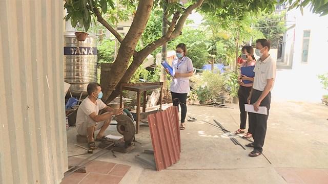 Ông Nguyễn Trung Kiên cùng Tổ giám sát ở xã Tứ Hiệp trong một buổi tuyên truyền vận động tại cơ sở. Ảnh: Nguyễn Phượng.