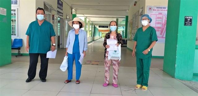 Lãnh đạo Bệnh viện Phổi Đà Nẵng trao giấy ra viện cho 2 bệnh nhân mắc Covid-19.