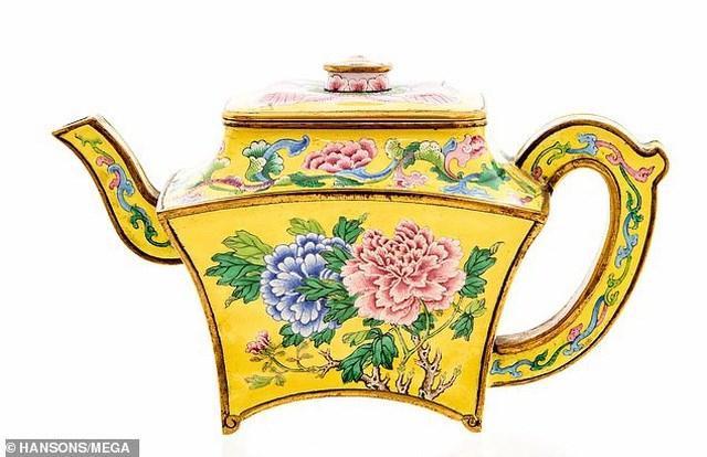 Bất ngờ tìm thấy ấm trà cổ 250 năm tuổi được định giá 3 tỷ đồng - Ảnh 1