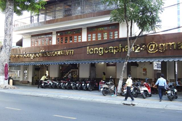 Người Đà Nẵng lại được ngồi bên ly cà phê buổi sáng ở góc phố thân quen. Ảnh: Thanh Tùng.