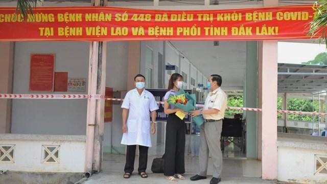 Bệnh nhân 448 được trao giấy xuất viện.