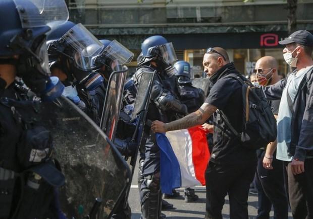 Cảnh sát Pháp giải tán người biểu tình 'Áo Vàng' tại Paris - Ảnh 1