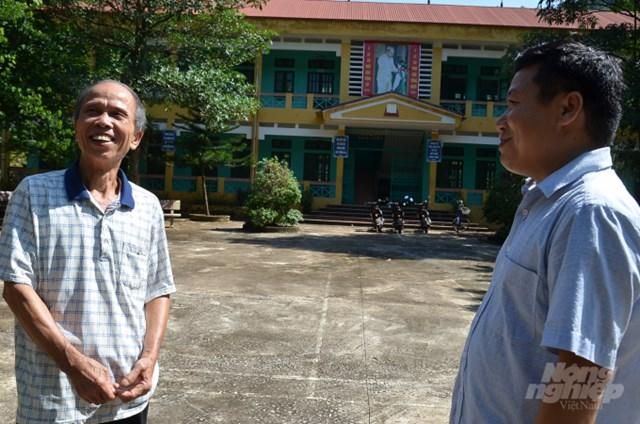 Ông Thiết đang nói chuyện với thầy hiệu trưởng nhân dịp chuẩn bị khai giảng. Ảnh:Dương Đình Tường.