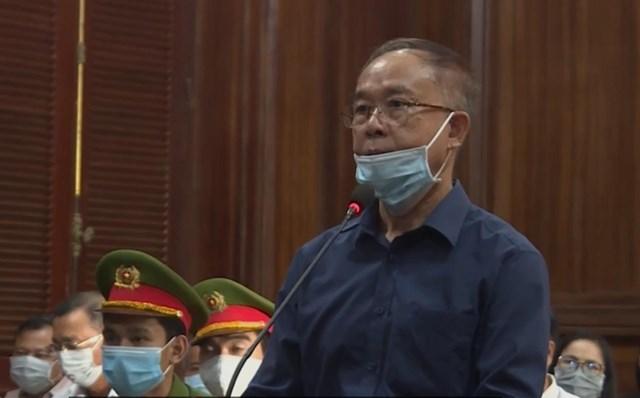Bị cáo Nguyễn Thành Tài đứng trước bục trả lời thẩm vấn của HĐXX.