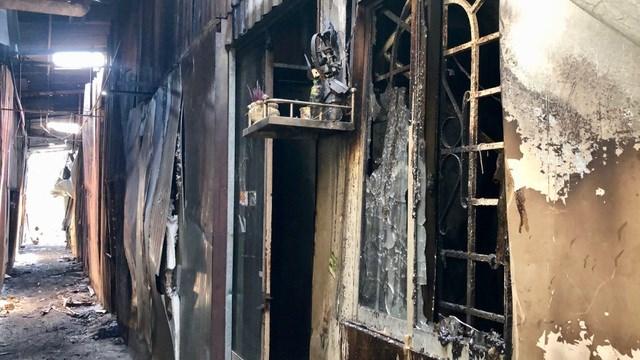 Ngọn lửa thiêu rụi 10 căn phòng trọ, 1 nhà dân và 1 kho hàng.