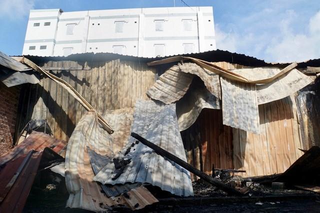 [VIDEO] Vụ cháy lớn khiến 10 phòng trọ và nhà dân bị thiêu rụi - Ảnh 1