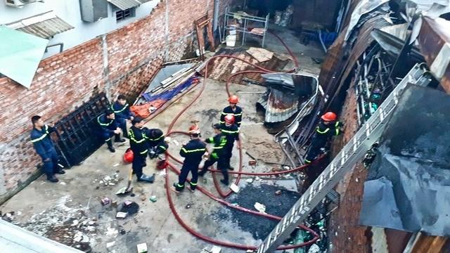 [VIDEO] Vụ cháy lớn khiến 10 phòng trọ và nhà dân bị thiêu rụi - Ảnh 4