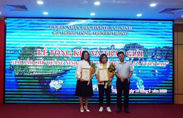Ban tổ chức trao giải Nhì các tác giả đạt giải.
