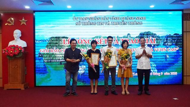 Ban Tổ chức trao giải Ba cho các tác giả đạt giải.