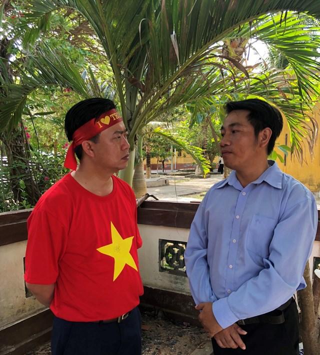 Ông Vũ Hùng (bên trái) chia sẻ với ông Đỗ Đức Huy, Chủ tịch Ủy ban MTTQ xã đảo Sinh Tồn tại huyện đảo Trường Sa, tỉnh Khánh Hòa. Ảnh: Lê Na.
