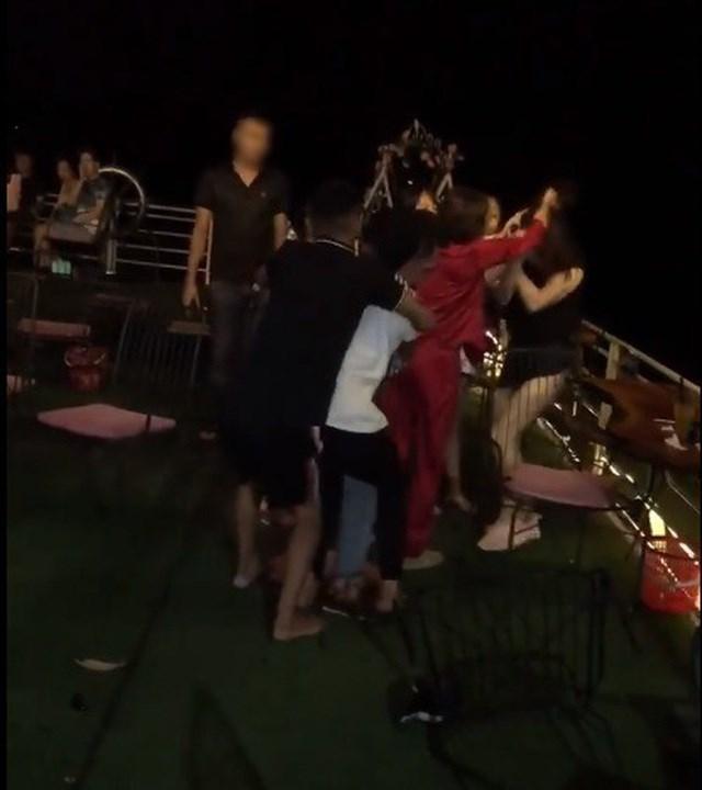 Hà Nội: Công an làm rõ vụ cô gái bị đánh ghen, lột đồ tại quán cà phê - Ảnh 1