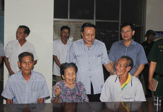 Phó Chủ tịch UBND tỉnh động viên người dân được đưa đến nơi trú bão tại Cửa Việt.