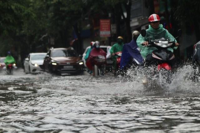 Do ảnh hưởng của cơn bão số 5, từ tối 17/9, trên địa bàn TP Vinh có mưa rất to, nhiều tuyến đường bị ngập khá sâu khiến giao thông đi lại khó khăn.
