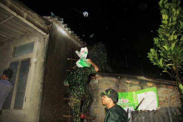 Bộ đội Biên phòng giúp dân chằng chống nhà cửa trong đêm.