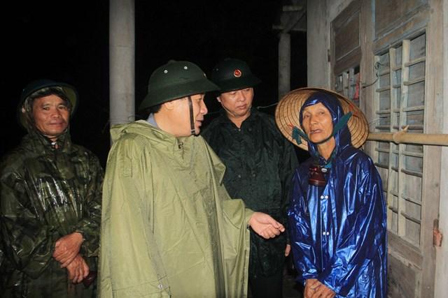 Ông Hà Sỹ Đồng động viên người dân thực hiện các biện pháp an toàn chống bão.