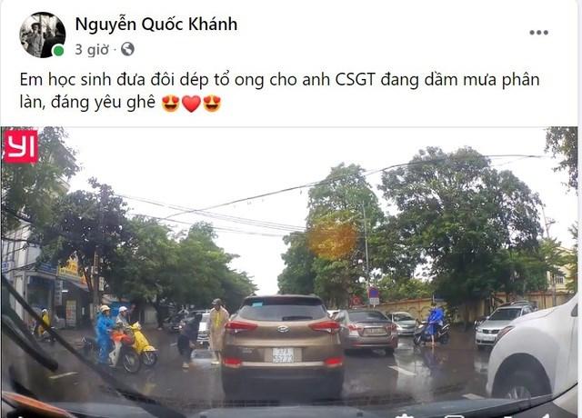 Hình ảnh em học sinh tặng dép cho đồng chí CSGT làm việc giữa mưa bão được anh Khánh ghi lại và đưa lên mạng xã hội.