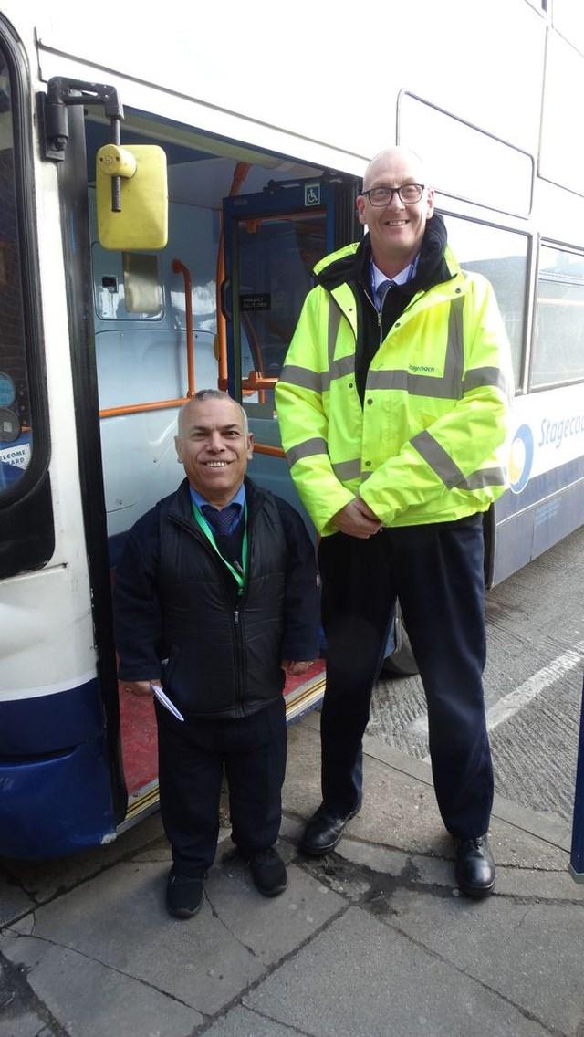 Khó tin người lái xe buýt chỉ cao 1,3m - Ảnh 1