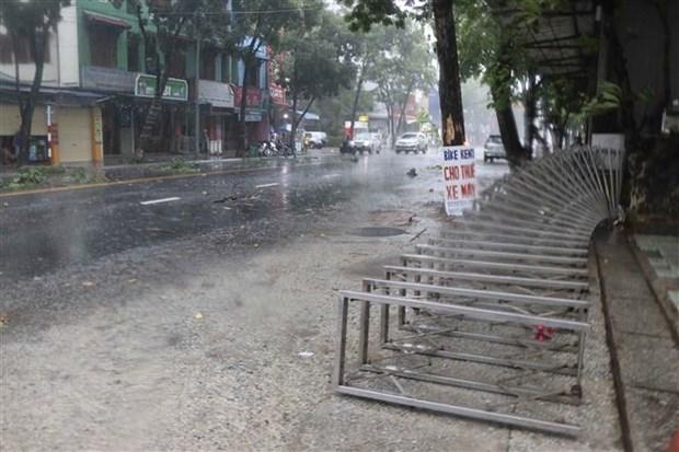 Gió bão quật ngã cổng sắt cơ quan trên đường Hà Nội, thành phố Huế. Ảnh: TTXVN.