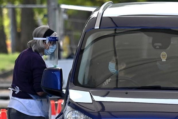 Xét nghiệm COVID-19 cho người dân tại London. (Ảnh: AFP/TTXVN).