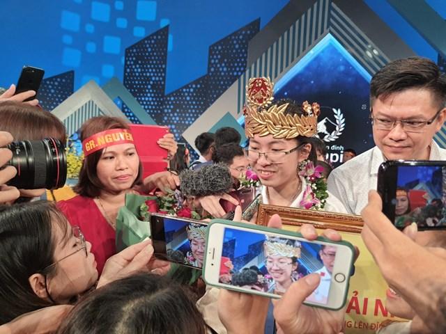 Đông đảo khán giả ở trường quay S14 chúc mừng Thu Hằng. Ảnh:Giáo dục và Thời đại.