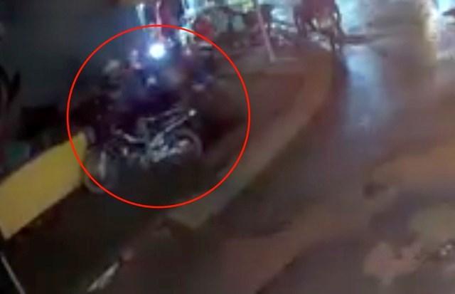 Nam thanh niên đi xe máy bị lọt xuống hố. Ảnh cắt từ clip.