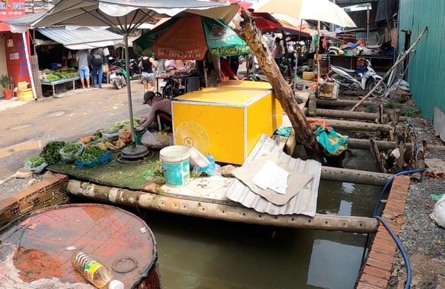 Hố nước thuộc kênh Trung Ương bị người dân lấn chiếm để buôn bán.