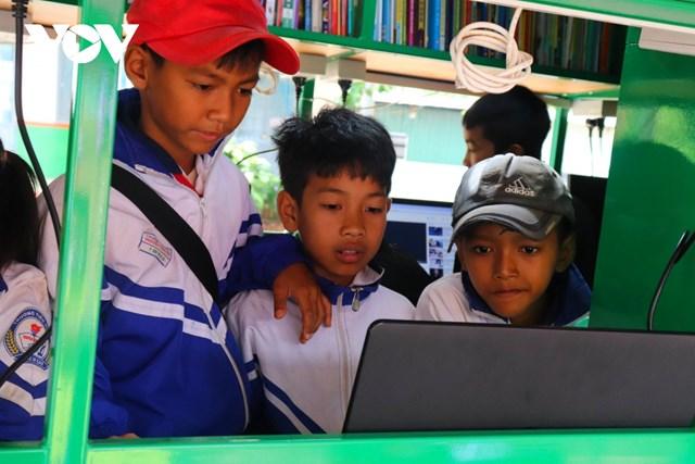 Nhiều em thích thú khám phá chiếc xe thư viện và vào mạng Internet tra cứu thông tin.