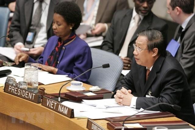Ngày 5/10/2009, tại trụ sở Liên hợp quốc ở New York (Mỹ), Phó Thủ tướng, Bộ trưởng Ngoại giao Phạm Gia Khiêm chủ trì phiên họp của Hội đồng Bảo an Liên hợp quốc trong tháng Việt Nam làm Chủ tịch Hội đồng, với chủ đề do Việt Nam đề xuất 'Đáp ứng nhu cầu của phụ nữ và trẻ em gái thời kỳ hậu xung đột và thúc đẩy sự tham gia của phụ nữ vào các tiến trình hòa bình-an ninh' dưới đề mục 'Phụ nữ, hòa bình và an ninh.' Ảnh: TTXVN.