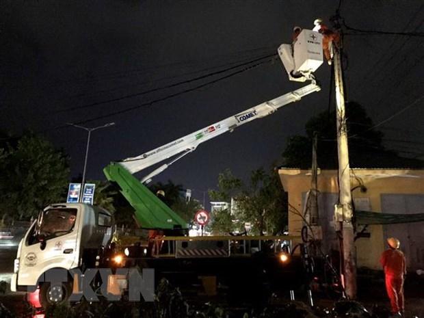 Công nhân ngành điện làm việc xuyên đêm để khôi phục điện lưới. (Ảnh: Tường Vi/TTXVN).