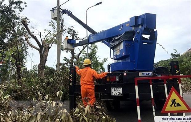 Công nhân ngành điện tranh thủ từng phút để khôi phục điện lưới. (Ảnh: Tường Vi/TTXVN).
