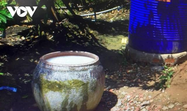 Các lu chứa nước trong gia đình bà Thuận bị nhiễm thuốc bảo vệ thực vật.