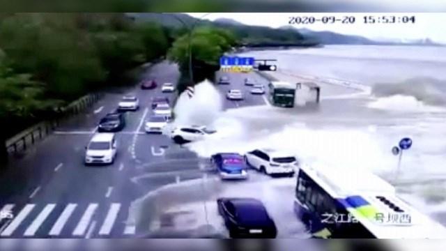 Sóng lớn cuốn phăng xe hơi đang đi trên đường ở Trung Quốc.