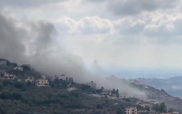 Khói bốc lên từ hiện trường vụ nổ ở Ain Qana. (Nguồn: timesofisrael).
