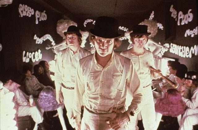 Bộ phim A Clockwork Orange của Stanley Kubrich ra mắt năm 1971 đã lập tức tạo ra những luồng ý kiến trái chiều khi chứa đựng rất nhiều phân cảnh bạo lực gây sốc. Đặc biệt, hình ảnh các nhân vật sử dụng đai quần chữ Y, kết hợp với mũ và bốt đã gây ra không ít ám ảnh.