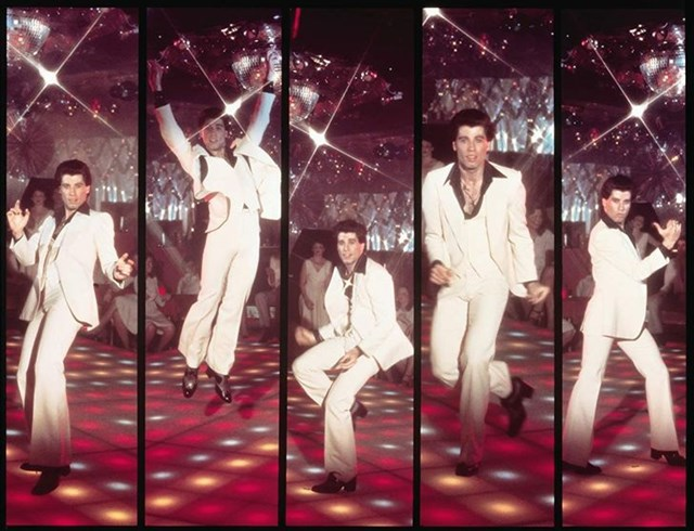 Saturfay night fever được coi là bộ phim kinh điển về dòng nhạc disco. Đặc biệt, phân cảnh nam diễn viên John Travolta khiêu vũ trong bộ vét trắng sớm đã đi vào huyền thoại.