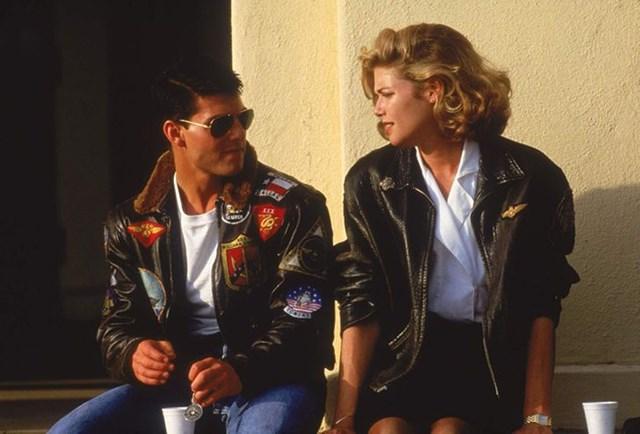 Top Gun là một trong những bộ phim đưa tên tuổi Tom Cruise vươn lên tới đỉnh cao. Bên cạnh bản nhạc phim nổi tiếng Take my breath away, hình ảnh nam chính mặc áo khoác, đeo kính râm trên phim cũng đã đi vào lịch sử điện ảnh.