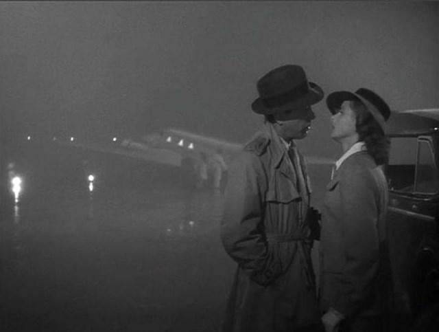Chiếc áo khoác và cái mũ mà Humphrey Bogart dùng trong bộ phim kinh điển Casablanca cũng đã sớm đi vào lịch sử Hollywood.