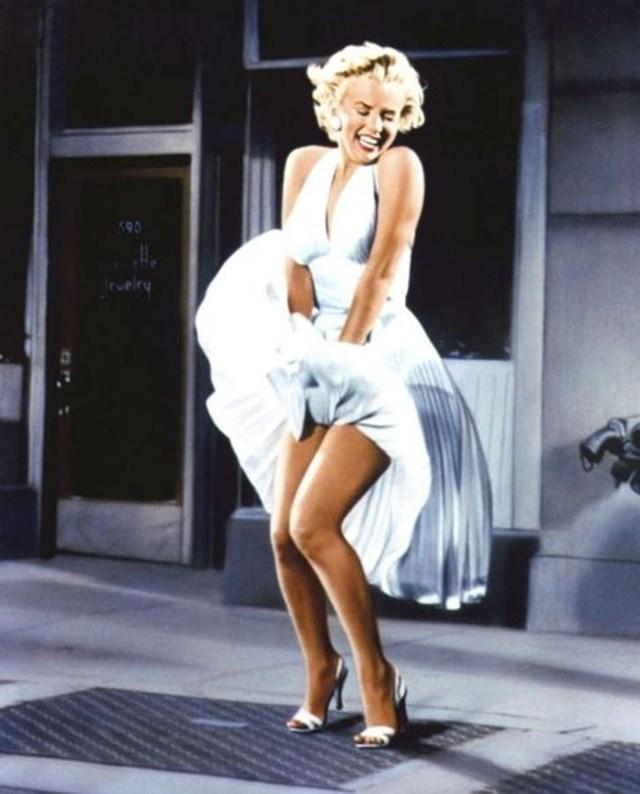 Có lẽ, không cần phải nói nhiều thêm về chiếc váy trắng mà Marilyn Monroe đã mặc trong bộ phim The seven year itch. Hình ảnh này sớm đã được coi là biểu tượng nữ tính trên màn ảnh và nhiều lần được tái hiện ngoài đời thực.