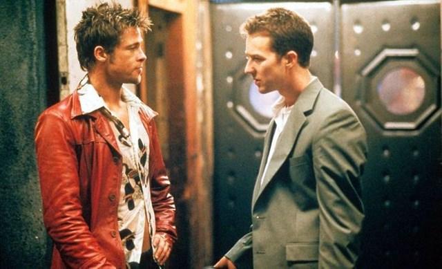 Fight club đã kể một câu chuyện bạo lực lạ lùng dưới một lăng kính hài hước nhưng rạn vỡ. Đặc biệt, nhân vật của Brad Pitt trong phim, với chiếc áo khoác da kinh điển, đã trở thành biểu tượng của tinh thần lãnh đạo, liều lĩnh, gợi cảm nhưng cũng đầy nổi loạn.