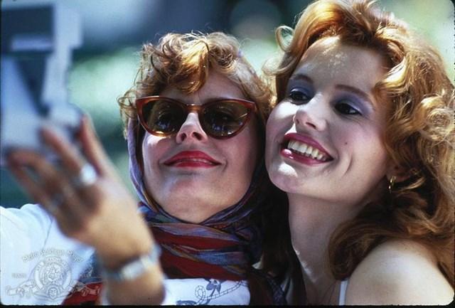 Bộ phim kinh điển Thelma and Louise cũng đã tạo ra một trào lưu thời trang mới cho khán giả nữ với hình ảnh nữ chính Louise do Susan Sarandon thể hiện quấn khăn trùm đầu, đeo kính râm và mỉm cười với thần thái tự tin đến nổi loạn.
