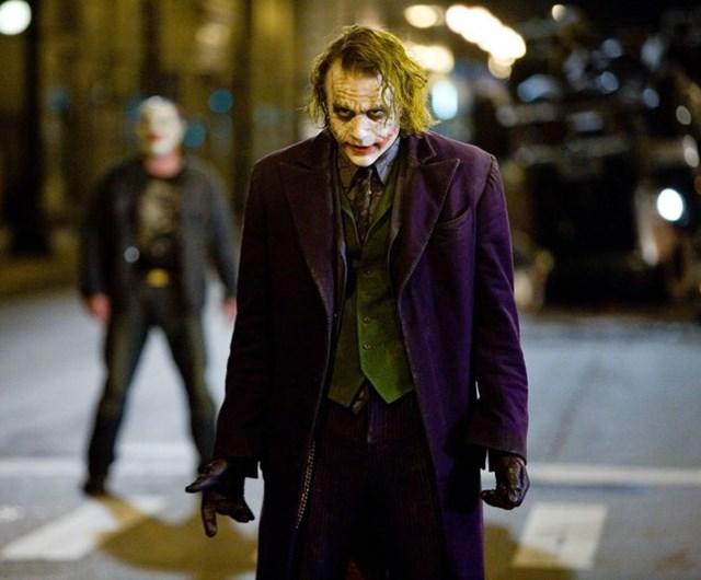 """The Dark Knight được đánh giá là bộ phim Batman xuất sắc nhất mọi thời đại với công sức rất lớn của """"gã hề"""" Joker cho Heath Ledger thể hiện. Chỉ cần hình dung lại bộ vét tím sẫm của Joker, không ít khán giả đã cảm thấy """"lạnh gáy""""."""