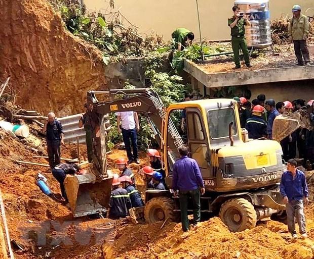 Lực lượng cứu hộ cứu nạn tìm kiếm thi thể nạn nhân trong vụ tai nạn. (Ảnh: Trung Kiên/TTXVN).