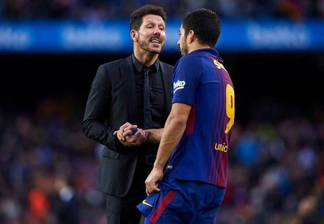 Suarez tức giận vì bị Barcelona ngăn cấm sang Atletico.