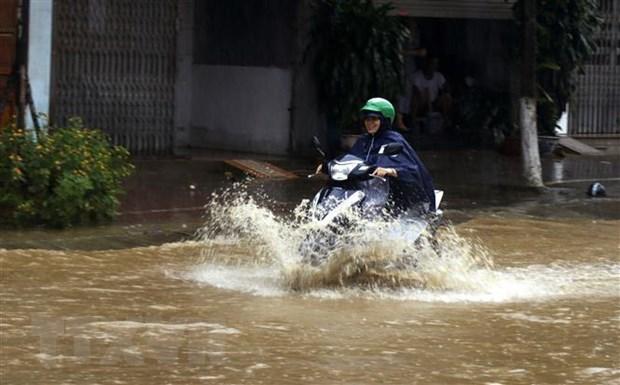 Ngập cục bộ trên đường Nhạc Sơn, thành phố Lào Cai, khiến các phương tiện tham gia giao thông gặp nhiều khó khăn. (Ảnh: Quốc Khánh/TTXVN).