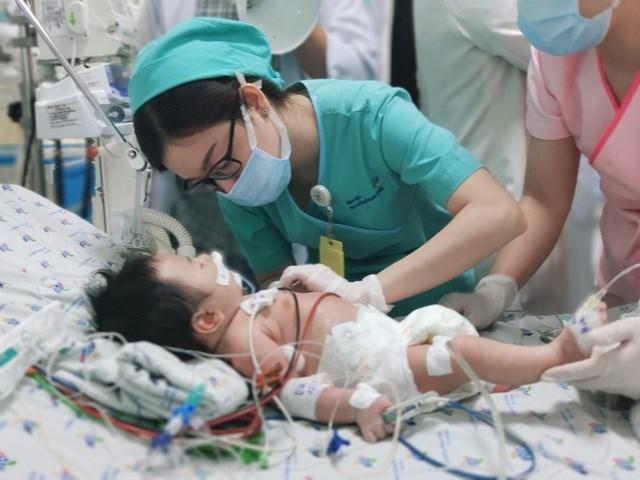 Bác sĩ chăm sóc điều trị cho bé.