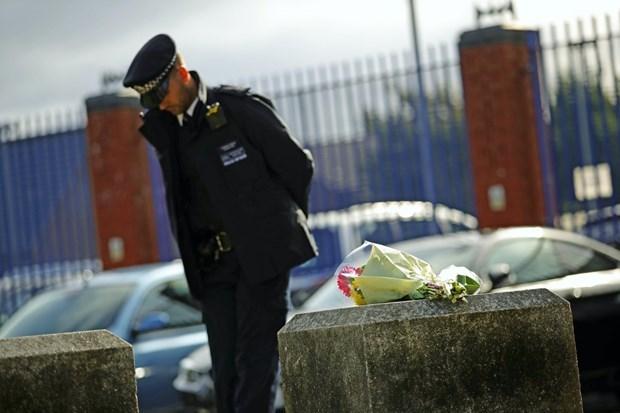 Bó hoa tưởng niệm nhân viên cảnh sát hy sinh. (Ảnh: Leven Reporter).